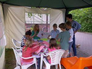dzieci_przygotowuja_dekoracje_na_piknik_w_ostatni_dzien.jpg [300x225]