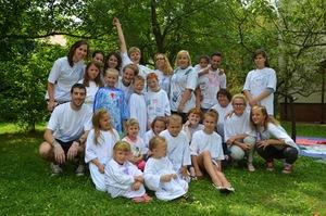wszyscy_w_komplecie_w_koszulkach_ozdabianych_przez_wolontariuszy_i_dzieci.jpg [300x199]
