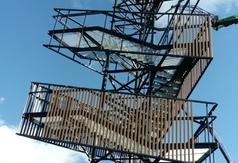 pobierz zdjęcie przedstawiające budowę wieży na terenie Glinianek - Szacht (link otworzy duże zdjęcie)
